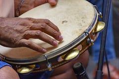Tamburin, das durch ein ritimist gespielt wird stockbilder