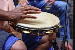 Tamburin, das durch ein ritimist gespielt wird lizenzfreies stockfoto