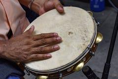 Tamburin, das durch ein ritimist gespielt wird lizenzfreie stockfotos