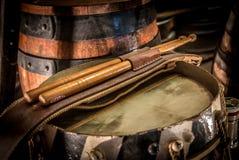 Tamburo d'annata e bacchette e barilotto di birra Fotografia Stock