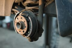 Tamburo del freno nell'officina riparazioni dell'automobile immagine stock