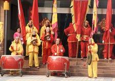 Tamburo del gioco e gong cinesi di battimento Fotografia Stock