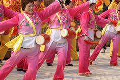 Tamburo del gioco e gong cinesi di battimento Immagine Stock