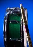 Tamburo di trappola verde isolato sull'azzurro Immagini Stock