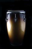 Tamburo latino del Conga su un Bk nero Fotografia Stock