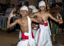Tamerine spelare utför under Esalaen Perahera i Kandy i Sri Lanka Arkivfoton