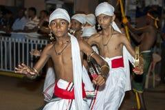 Tamerine spelare utför under Esalaen Perahera i Kandy i Sri Lanka Royaltyfri Bild