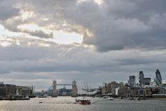 Tamigi con il ponticello Londra, altri limiti della torretta immagini stock