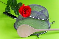 Tamis de cuisine avec la cuillère en bois de rose de rouge Photos libres de droits