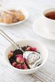 Tamis de thé et bourgeons roses Photo libre de droits