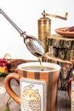 Tamis de thé sur la table en bois avec les biscuits et la broyeur faits maison Images libres de droits