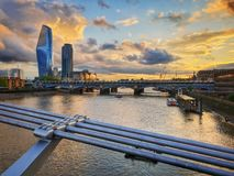 Tamisa da ponte do milênio - por do sol dourado imagem de stock royalty free
