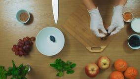 Tamisage de la farine au travers du tamis sur la table en bois, vue supérieure banque de vidéos