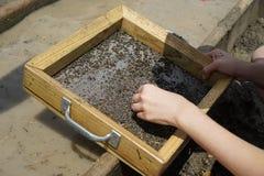 Tamisage humide pour des diamants images libres de droits