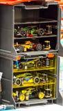 Tamiya Plastic, modelo, escala, miniatura, R/C, RC, coche de competición en una caja del contenedor de almacenamiento imagen de archivo