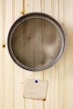 Tamiz en una pared de madera Foto de archivo libre de regalías