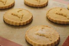 Tamizar el azúcar sobre las galletas Fotografía de archivo