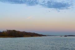 Tamkers, buques de carga en el río en puesta del sol Foto de archivo