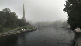 Tammerkoski在有薄雾的早晨 库存图片