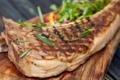 Tamogavok succoso ed appetitoso della bistecca di carne di cavallo sulla tavola immagini stock