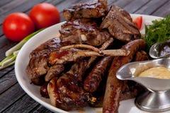 Tamogavok succoso ed appetitoso della bistecca di carne di cavallo sulla tavola immagine stock libera da diritti