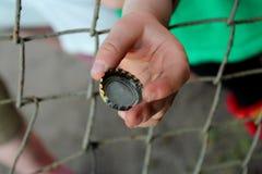 Tampão da garrafa na mão da criança Imagens de Stock