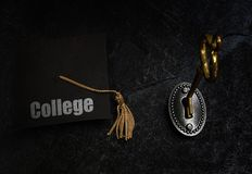 Tampão da graduação da chave e do ensino universitário imagens de stock royalty free