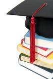 Tampão da graduação na pilha de livros Imagem de Stock