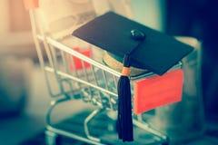 Tampão da graduação no carro da loja da loja como a metáfora para a taxa de matrícula e o sc fotografia de stock royalty free