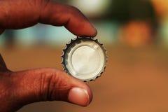 Tampão de garrafa frio das bebidas em uma mão imagem de stock