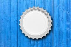 Tampão de garrafa de vidro da cerveja isolado no fundo de madeira azul, vista superior ilustração 3D Fotos de Stock Royalty Free