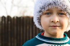 Tampão desgastando do branco do inverno do miúdo bonito Fotos de Stock Royalty Free