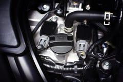 Tampão do óleo de motor instalado em um motor de automóveis Foto de Stock