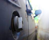 Tampão do depósito de gasolina em um carro azul Fotografia de Stock