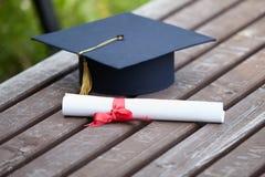 Tampão e certificado da graduação Fotografia de Stock Royalty Free