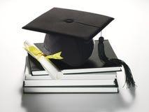 Tampão e diploma académicos Fotografia de Stock Royalty Free