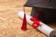 Tampão e diploma da graduação imagem de stock royalty free