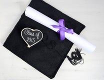 Tampão e diploma do dia de graduação fotografia de stock royalty free