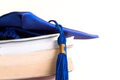 Tampão e livros da graduação imagens de stock royalty free