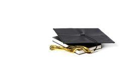 Tampão e livros da graduação fotografia de stock royalty free