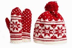 Tampão e mittens feitos malha do inverno. no branco Fotos de Stock