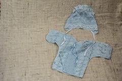 Tampão e montantes feitos malha para o bebê foto de stock royalty free