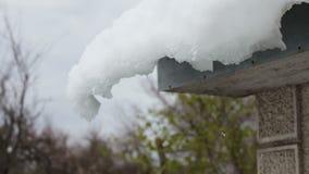 Tampão grande da neve no telhado da casa no canto da casa filme