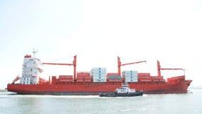 TAMPÃO PALMERSTON do navio de carga que parte o porto de Oakland fotos de stock