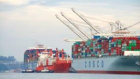 TAMPÃO PORTLAND do navio de carga que entra no porto de Oakland imagens de stock