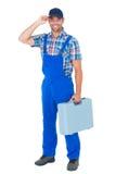 Tampão vestindo feliz do trabalhador manual ao levar a caixa de ferramentas Fotografia de Stock Royalty Free