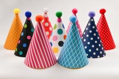 Tampões coloridos do aniversário em um fundo branco imagens de stock