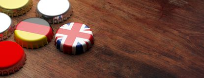 Tampões da cerveja com as bandeiras do Reino Unido e da Alemanha no fundo de madeira, espaço da cópia, bandeira ilustração 3D Fotografia de Stock Royalty Free