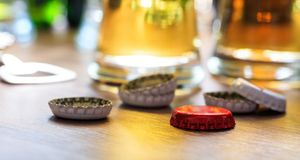 Tampões da cerveja e vidros da cerveja em um fundo do bar Fotografia de Stock Royalty Free
