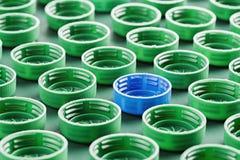 Tampões de garrafa plásticos verdes e azuis foto de stock